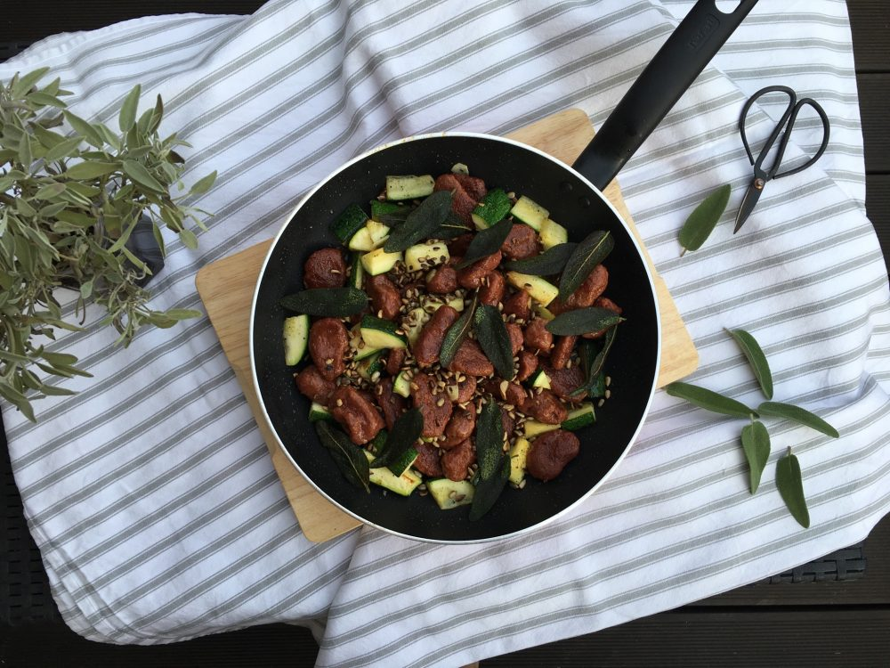Rote-Bete-Süsskartoffel-Gnocchi mit geröstetem Salbei und Zucchini