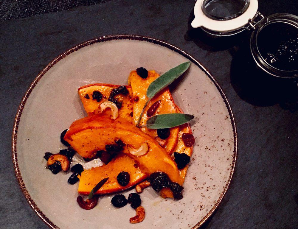 Zartschmelzender Ofenkürbis mit feurig-knusprigen Cranberry-Physalis-Cashews