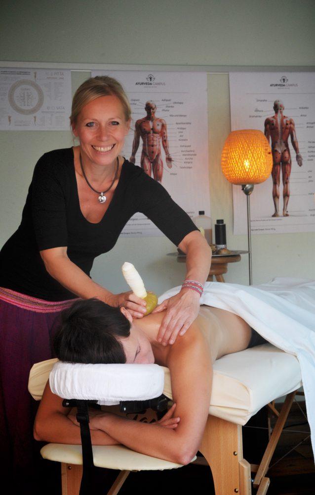 Kräuterstempel-Massage Sim-dosha