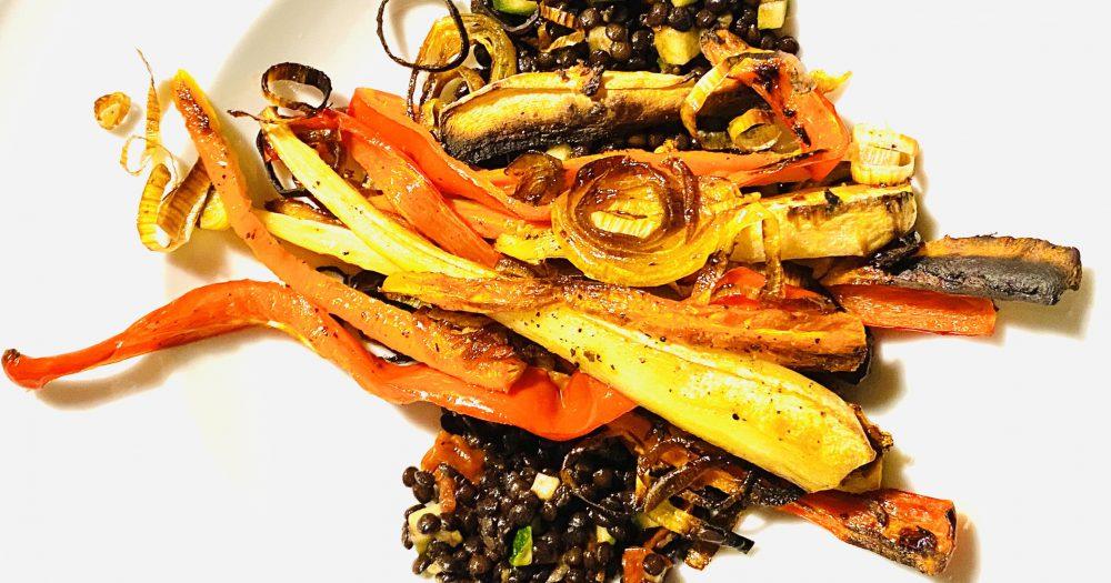 Lauwarmer Salat von Beluga-Linsen mit geröstetem Ofengemüse – geballte Pflanzenpower für Glückskinder