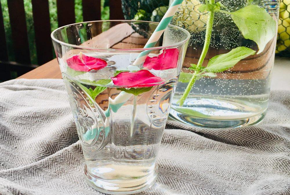 Rosen-Minz-Wasser zur Kühlung im Sommer