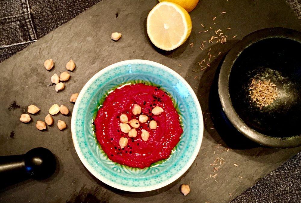 Knallpinkes Rote-Bete-Hummus gegen den Herbst-Blues