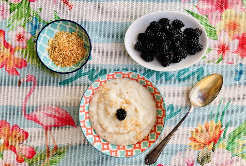 Sommerleichter Frühstücksbrei mit Reis und frischen Beeren