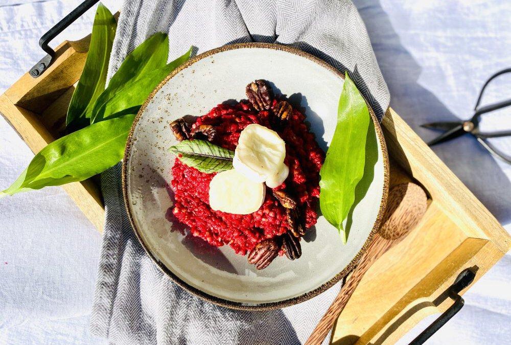 Rote-Bete-Buchweizen-Risotto mit gebackenem Ziegenkäse und Pekannüssen