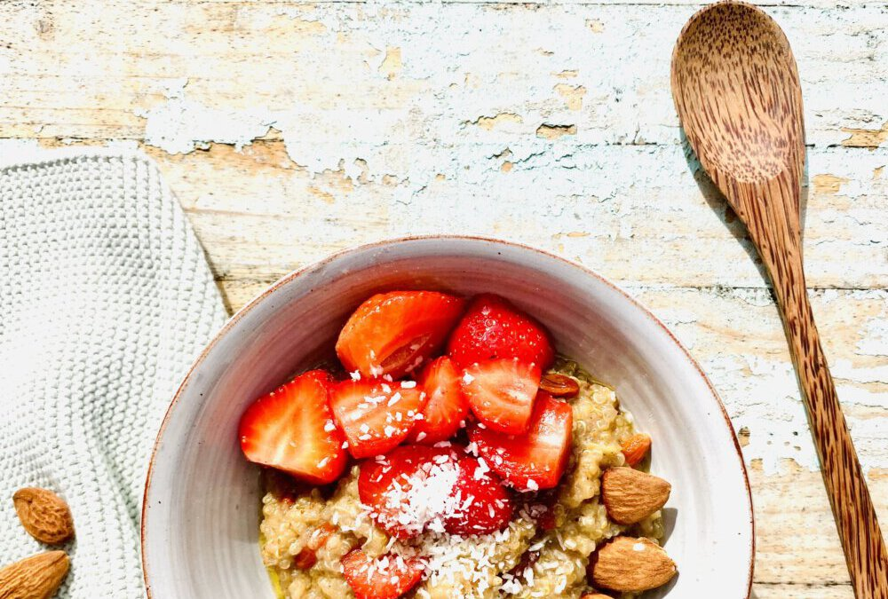 Quinoa-Kokos-Mandel Brei mit süßen Erdbeeren